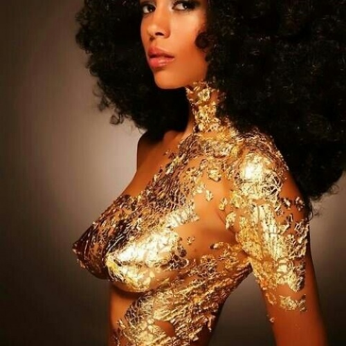 Bodypaint lady in gold