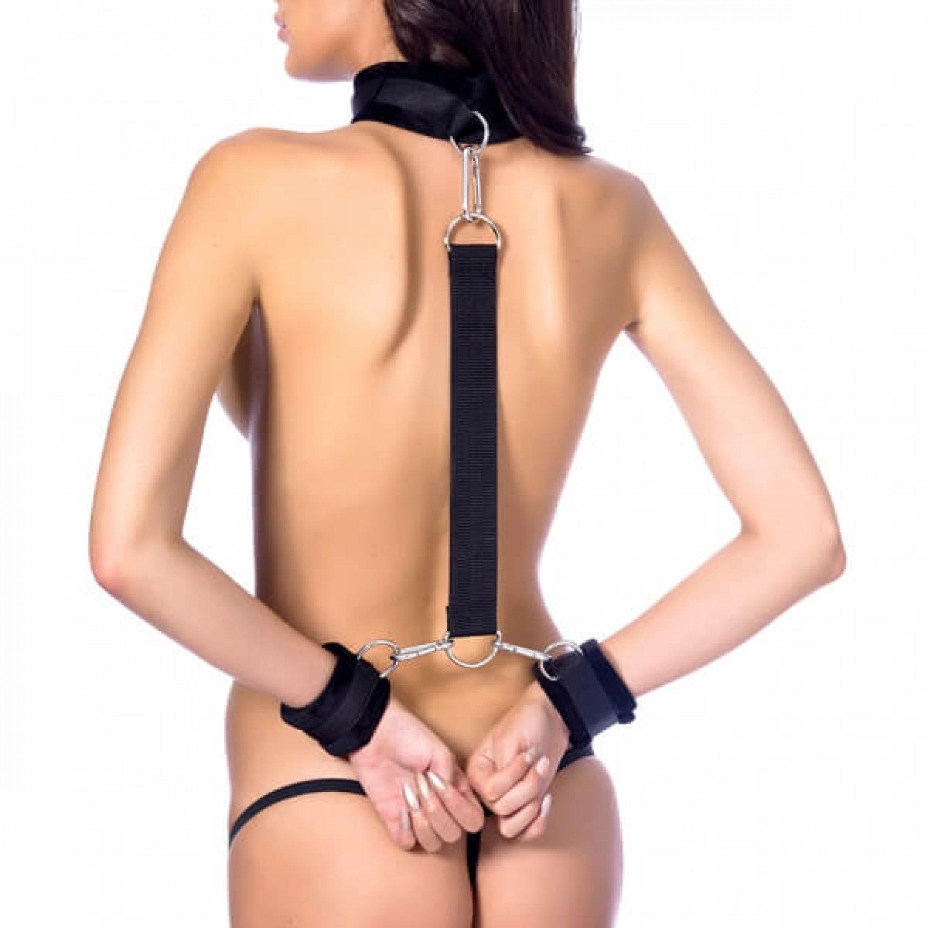 Rimba Soft bondage halsband verbonden aan handboeien